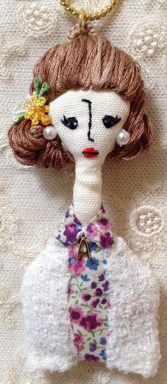 こちらの商品はmariiiさんのオーダー品になります。サイズ…縦・約10cm(人形部分のみ)横・約3〜4cm素材…綿、刺繍糸、フェ...|ハンドメイド、手作り、手仕事品の通販・販売・購入ならCreema。