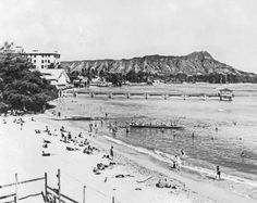 1925: Waikiki beach on Oahu. - Underwood Archives/Getty Images