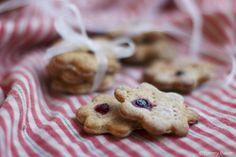 Puolukka spelttinäkkärit // Gingerbread look-alike spelt crispbread