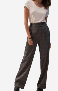 7bd07476b30e Pantalon large à motif à carreaux à teneur en laine. Il est doté de passants