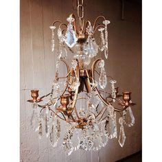 Lysekrone 5 Armar Levande CognacaLYSEKRONE 5 ARMAR LEVANDE COGNAC Barokke krystall lysekrone pompe er gjort med pendeloque krystaller er en romantisk og lettere modell av barokk. Denne lysekronen i krystall endrer atmosfæren i et rom, legge til en klassisk og spennende gnisten til enhver hendelse. Chandeliers, Baroque, Ceiling Lights, Lighting, Home Decor, Pump, Transitional Chandeliers, Decoration Home, Room Decor
