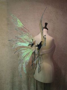 Making fairy wings is a great means to save money on a Halloween outfit or produ… Fairy Costume Diy, Fairy Wings Costume, Diy Fairy Wings, Diy Wings, Diy Costumes, Fairy Cosplay, Halloween Outfits, Halloween Costumes, Halloween 2017
