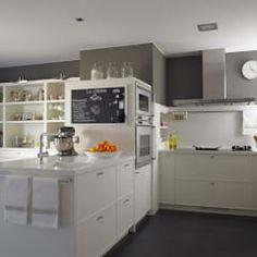 La península: divisor visual y físico del ambiente de cocina y de office: Cocinas de estilo moderno de DEULONDER arquitectura domestica