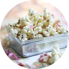 Tässä viisi herkullista reseptiä alkavaan pikkujoulukauteen. Kokeile esimerkiksi piparminttu-rahkakakkua jälkiruokapöytään ja suloisia valkosuklaisia popcorneja naposteluun.