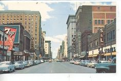 1950's CARS DES MOINES IOWA DOWNTOWN STREET SCENE POSTCARD 7up SIGN S STORE
