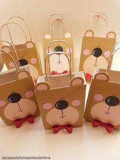 Come accennato nel post precedente, ecco le borsette che ho fatto per i piccolini. Durante le vacanze estive questo oggetto sarà per il b...