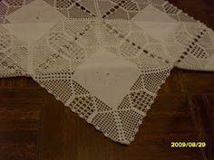 Esta toalha é o meu último trabalho, terminado ontem, é uma toalhinha com quadrados que pode ser executada em qualquer tamanho.
