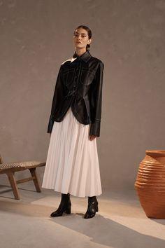 Claudia Li Pre-Fall 2019 Fashion Show Collection: See the complete Claudia Li Pre-Fall 2019 collection. Look 21 Minimal Fashion, Urban Fashion, Love Fashion, Fashion News, Fashion Brands, Fashion Fall, Vogue Paris, Claudia Li, Style Photoshoot