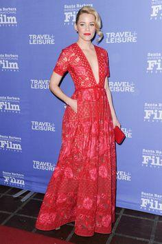 Elizabeth Banks con vestido rojo con bordados florales, de Elie Saab.