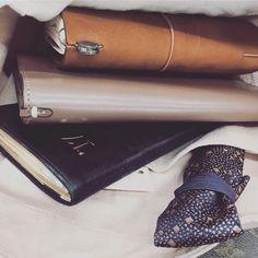 3o2u7⋆ .  今日はお気に入りの文庫本をアーツのカバーに入れて持ってきました♡︎(°´ ˘ `°) . #artsandscience #アーツアンドサイエンス #midoritravelersnotebook #travelersnotebook #トラベラーズノート #moleskine #モレスキン #能率手帳 #能率手帳ゴールド #能率手帳ゴールド小型 #文具好き #手帳好き #万年筆 #バッグの中身 #かばんの中身2017/09/24 12:23:52