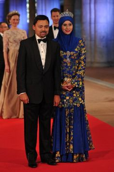 Brunei's Crown Prince Al-Muhtadee Billah Bolkiah (L) and Crown Princess Sarah pose on 29 April 2013 as they arrive to attend a Netherlands Royal Dinner at the National Museum in Amsterdam