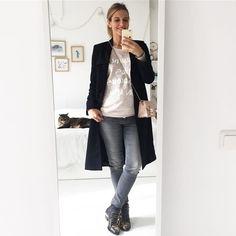{tenue du jour} Contente d'avoir trouvé ce joli jean gris et ce sweat rose tendre au rayon H&M Mama samedi :) C'est typiquement le genre de fringues que je porte sans être enceinte et ça me faisait vraiment peur de devoir changer radicalement de style pendant ces longs mois. Le trench vient de chez @andotherstories (acheté en mal dernier) Shoes Susanna #Chloé Sac #Furla #OOTD #pregnancy