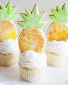 Bridal shower dessert idea - pineapple cupcakes {Courtesy of Aww, Sam} Dessert Simple, Yummy Treats, Sweet Treats, Yummy Food, Party Desserts, Just Desserts, Cupcake Kunst, Mesa Dulces Baby Shower, Cupcake Recipes