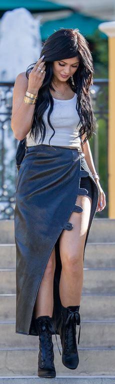 Kylie Jenner: Shoes – Giuseppe Zanotti X Balmain  Necklace – Jennifer Zeuner  Bracelet – Cartier  Bag – Elizabeth and James