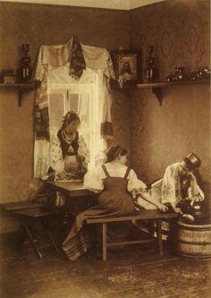 Три девицы. Фото А.О. Карелина. 1870-1880 гг.