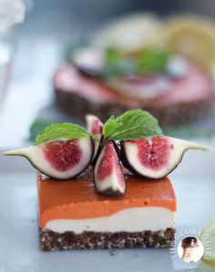 Raw Vegan Lemon and Goji Berry Cheesecake with gluten free crust and fresh figs. This delicious and healthy dessert is dairy free, oil free and has no processed sugar. Healthy Cheesecake Recipes, Raw Dessert Recipes, Raw Vegan Desserts, Berry Cheesecake, Raw Food Recipes, Vegan Raw, Vegan Cheesecake, Vegan Treats, Vegan Food