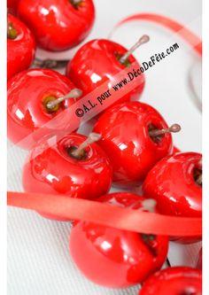 """Toutes """"mimi"""" ces mini pommes ici de couleur rouge, d'un diamètre de 3,5cm, elle pourrons servir à accessoiriser vos contenants à dragées, décorer un centre de table, servir de marque place. #marqueplace #decodetable #pomme #mariage #anniversaire #pomme #stvalentin"""