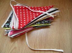 Hier volgt een beschrijving hoe je je eigen stoffen vlaggenslinger maakt.    Klik op het plaatje of op deze regelvoor een groter formaat vl...