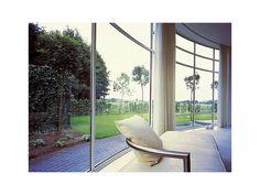 De grandes baies vitrées offrent une vue exceptionnelle sur le jardin, laissent la lumière pénétrer dans la maison et offrent, si elles sont bien orientées, un chauffage solaire passif conséquent.