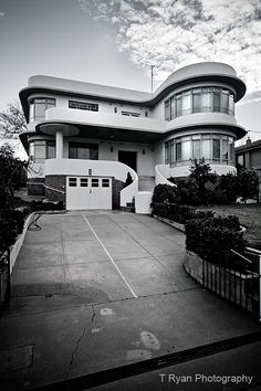 I just found this beautiful blog highlighting art deco buildings in Australia. Look at this gorgeous house in Albury, NSW.