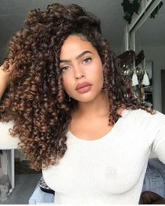 Do you like your wavy hair and do not change it for anything? But it's not always easy to put your curls in value … Need some hairstyle ideas to magnify your wavy hair? Colored Curly Hair, Long Curly Hair, Curly Girl, Big Hair, Curly Hair Styles, Natural Hair Styles, Deep Curly, Weave Hairstyles, Girl Hairstyles