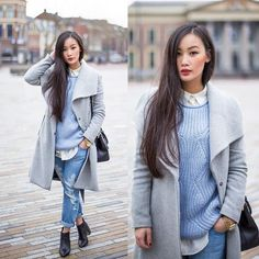 Blauer Strick Grauer Mantel Zerrissene Jeans ___________________________________ Dieser Look Blue Sweater Outfit, Baby Blue Sweater, Light Blue Sweater, Light Blue Jeans, Grey Outfit, Light Denim, Blue Sweaters, Sweater Boots, Winter Pullover Outfits