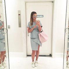 Elas usam Carol Bassi - a linda @claudiabartelle com look total CB: saia + blusa em couro azul bebê.  They wear CB - the beautiful Claudia Bartelle wearing a full CB outfit: light blue skirt + top. #carolbassi #carolbassibrand #fhits @fhits
