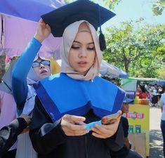 Dibalik makeupku yg badhay, ada mamaku yg cantik. Alias:  Mua by: @kiranadianakartika . . #graduated #universitasdiponegoro #wisuda155 #undip #makeupwisuda