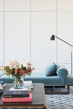 Want a beautiful coffee table styled like in magazine spreads? We give you the step-by-step tools to achieve the look.