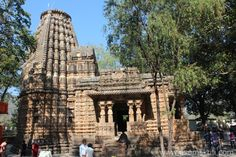 A view of the temple from the southern side. It was Saturday so lots of devotees. Temple is also said to resemble Sun Temple Konarak Orissa. Bodh Gaya, Archaeological Survey Of India, Shiva Linga, Tribal Dance, Types Of Horses, Big Garden, 11th Century, See Images, Mountain Range