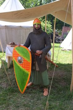 Typical central european knight around Wearing a long tunic and a padded… Medieval World, Medieval Knight, Medieval Armor, Larp, Norman Knight, Anglo Saxon History, Knights Hospitaller, High Middle Ages, Gn