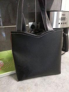 Le petit sac Annie cousu en simili noir et surpiqûres contrastantes par Mireille - Patron de couture Sacôtin