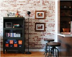 Decor Rústica com tijolos aparentes e banquetas no estilo industrial   Descubra como fazer ambientes incríveis como esse ⤴⤴⤴
