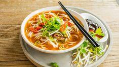 Dette er en enklere variant av den trendy Phở-suppen (vietnamesisk nudelsuppe). Den er nok ikke helt autentisk, men en rask og forenklet versjon som absolutt tilfredsstiller ganen. Utgangspunktet er en god oksekraft som du gjør deilig aromatisk ved å tilsette stjerneanis, nellik, kanel, koriander, fennikelfrø, chili og ingefær - og lar det hele få koke sammen et kvarters tid til det dufter herlig.