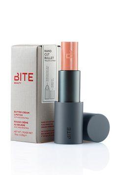 BITE BEAUTY Butter Cream Lipstick - batom cremoso da marca canadense BITE especializada em batons naturais e artesanais. Feito com cera de abelha, carnaúba, karité , óleo de argan, de semente de uva, jojoba além de extrato de romã e camomila. Não causa alergia e serve como hidratante. Vende online, Sephora. Preço Médio: US$ 28. #cosmeticdetox