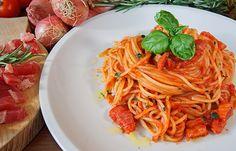 Gli spaghetti all'Amatriciana sono un primo piatto simbolo del Lazio ma conosciuti ormai in tutto il mondo. Ecco la ricetta per prepararli