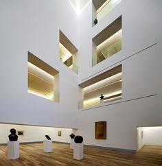 Ganadora del concurso celebrado en 2007, la propuesta parte de la idea de considerar todo el conjunto urbano, incluyendo los dos edificios históricos que albergaban hasta ahora el museo —el Palacio de Velarde y la Casa Oviedo-Portal—...