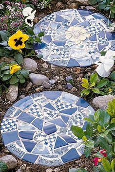 Create a pretty garden path with the help of these handmade stepping-stones decorated with pieces of ceramic tiles or plates. art ideas stepping stones Easy Garden Accents to Make Yourself Garden Steps, Easy Garden, Garden Paths, Stepping Stone Paths, Mosaic Stepping Stones, Pebble Mosaic, Stepping Stones For Garden, Decorative Stepping Stones, Stone Walkway