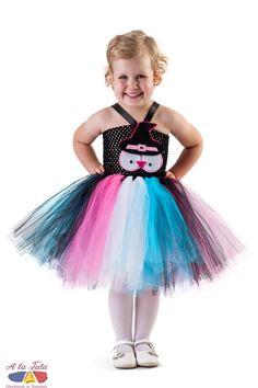 Rochita tutu Halloween Booha Rochita Halloween Booha este ideala a fi purtata  atat la Halloween , cat si la o petrecere de copii, la o serbare, carnaval sau la gradinita.  Poate fi utilizata ca si rochita bufnita , costum vrajitoare , costum Halloween , costum carnaval. Bufnita vrajitoare este realizata handmade din fetru si este detasabila.  Rochita copii tutu Booha este compusa dintr-un corset de crochet elastic negru, pe care sunt  aplicate  manual 4 randuri de tul turquoise, roz aprins… Ballet Skirt, Costume, Skirts, Fashion, Moda, Tutu, Fashion Styles, Fashion Illustrations, Fashion Models