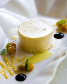 Cloudberry pudding and white chocolate sause/Lakkavanukas ja valkosuklaakastike