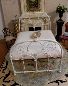This lovely wrought iron bed will provide an artistic focus for your miniature room or display. It is completely handmade of sculpted wire, Miniature Rooms, Miniature Furniture, Dollhouse Furniture, Casas Shabby Chic, Wrought Iron Beds, Brass Bed, My Doll House, Doll Beds, Little Doll