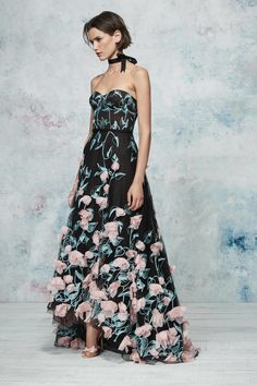 The complete Marchesa Notte Resort 2019 fashion show now on Vogue Runway. Marchesa, Vestido Strapless, Strapless Dress Formal, Formal Dresses, Elegant Dresses, Prom Dresses, Fashion Mode, Runway Fashion, Fashion Show