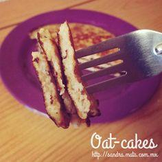 Experimentando con la harina de avena se me antojó preparar hotcakes con plátano. Quedaron ricos y creo que es una buena opción para el desayuno. Así los preparé... Trying to cook some recipes wit...