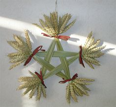 Straw work-2   Flickr - Photo Sharing! Straw Crafts, Diy Straw, Straw Weaving, Weaving Art, Scandinavian Christmas Ornaments, Christmas Crafts, Bead Crafts, Diy And Crafts, Corn Dolly
