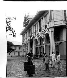 Hotel de Oriente with its tropical Spanish arcade. Manila, 1900.