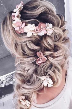 Explore our collection of the most amazing and trendiest wedding hairstyles. We will tell you all about bridal hair tendencies for you to look flawless and be the star of the show on your big day. #wedding #weddinghairstyles #bride #weddingdayhair