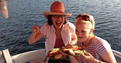 Katie und Kat auf einer Grillinsel am Zeulenrodaer Meer.