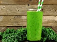Green Mojito: Ingredients (serves 1 c coconut water or water 1 tsp finely grated lime zest 3 limes, peeled and quartered 1 c torn-up curly green kale leaves ½ c firmly packed mint 2 c frozen pineapple 2 packets monk fruit 160 calories Smoothie Detox, Smoothie Prep, Smoothie Recipes, Smoothie Bar, Bebidas Detox, Frozen Cherries, Frozen Pineapple, Sauce Tzatziki, Vitamin C Foods