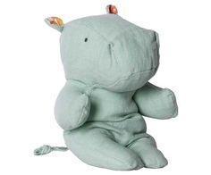 Jetzt geht's auf Safari! Mit den neuen Kuscheltieren der Serie Safari Friends hat Maileg weiteren Kinderträumen eine Form gegeben. Dieses süße Hippo zum Beispiel ist ganz zahm und möchte den ganzen Tag lang nur kuscheln. Die liebevollen Details und die hochwertige Verarbeitung machen aus dem Hippo einen Freund fürs Leben, der uns später nostalgische Erinnerungen schenkt. Bei pinkmilk ist der kleine Freund auch in schönem Rosa erhältlich.