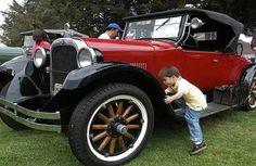 1926 Dodge Roadster   Un niño intenta subirse a un Dodge Roaster de 1926 presentado durante ...